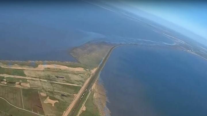 Der Hindenburgdamm, der das festland und die Insel Sylt verbindet
