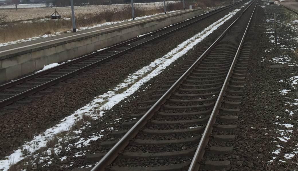 Man sollte niemals die Schienen auf offener Strecke queren