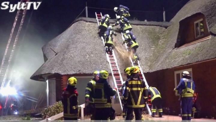 Brandbekämpfung beim Reetdach auf Sylt zu Übungszwecken