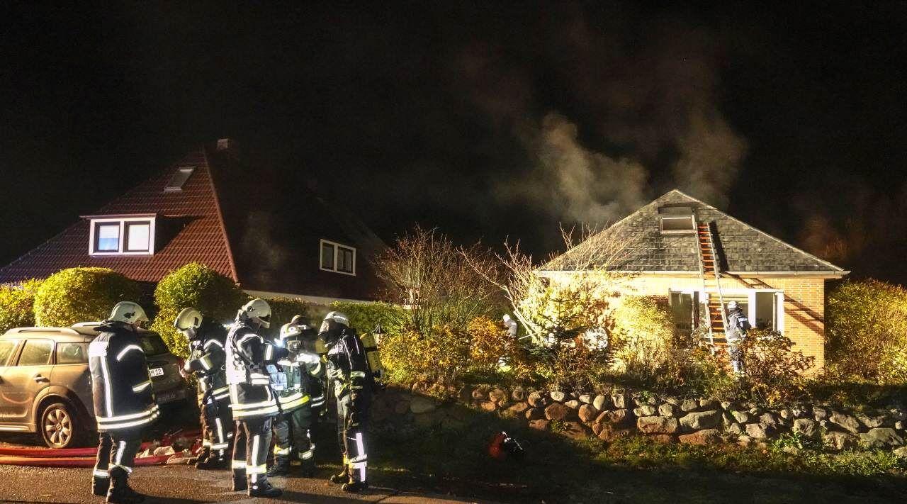 Die Tinnumer Feuerwehr konnte nur unter schwerem Atemschutz das betroffene Haus betreten