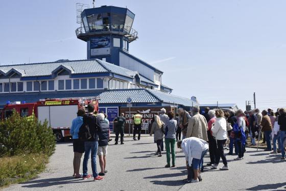 Passagiere am Flughafen Sylt während Feuerwehreinsatz