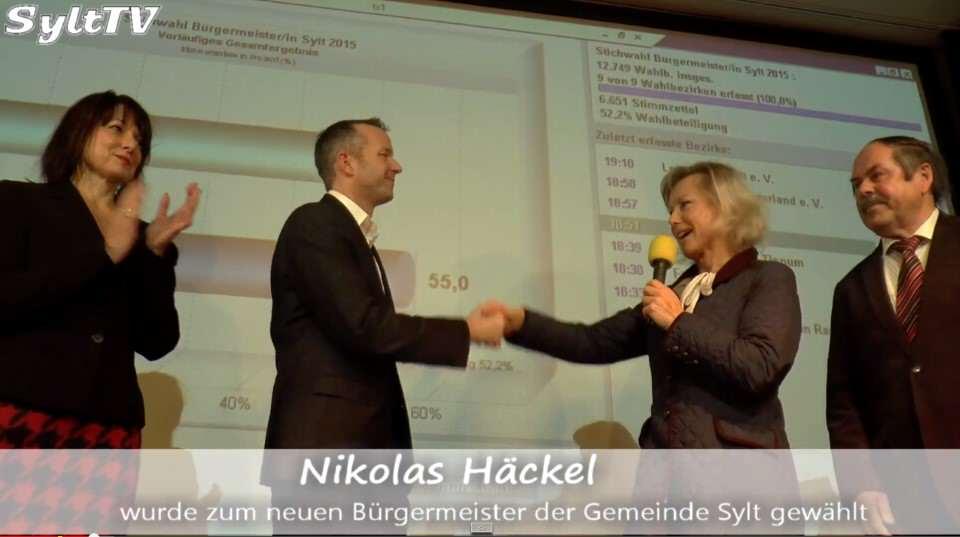 Petra Reiber gratuliert ihrem Nachfolger Nikolas Häckel