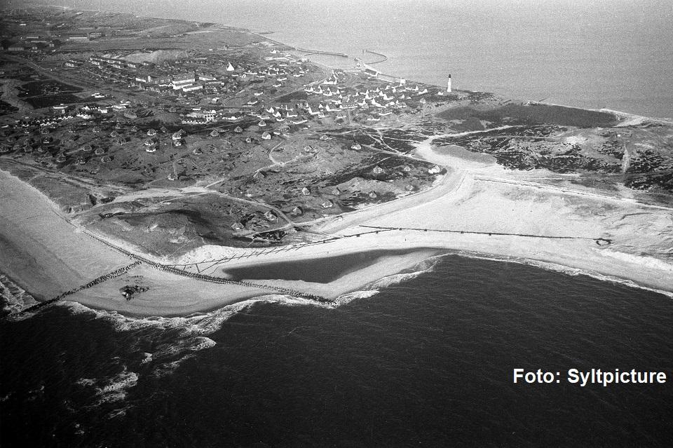 Auf der alten Luftaufnahme ist Hörnum noch deutlich spärlicher bebaut. Die Häuser der Kersig Siedlung sind aber schon zu sehen