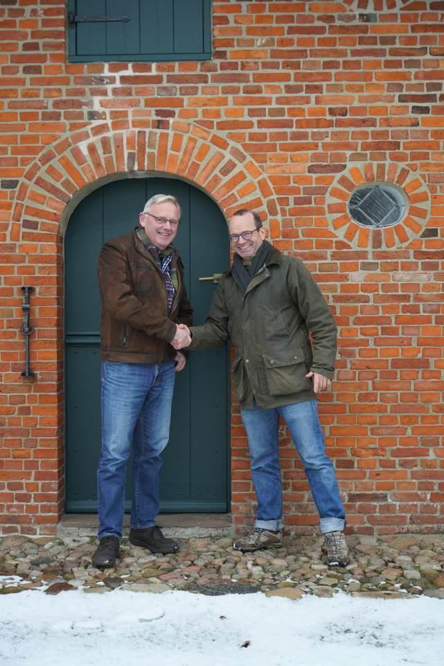 Anstelle von Geschenken wünschte Sönke Andersen (l) von der Landschlachterei sich zu seinem 60 Geburtstag eine Spende für die Museen.