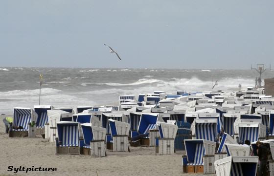 Strandkörbe im Sturm auf Sylt