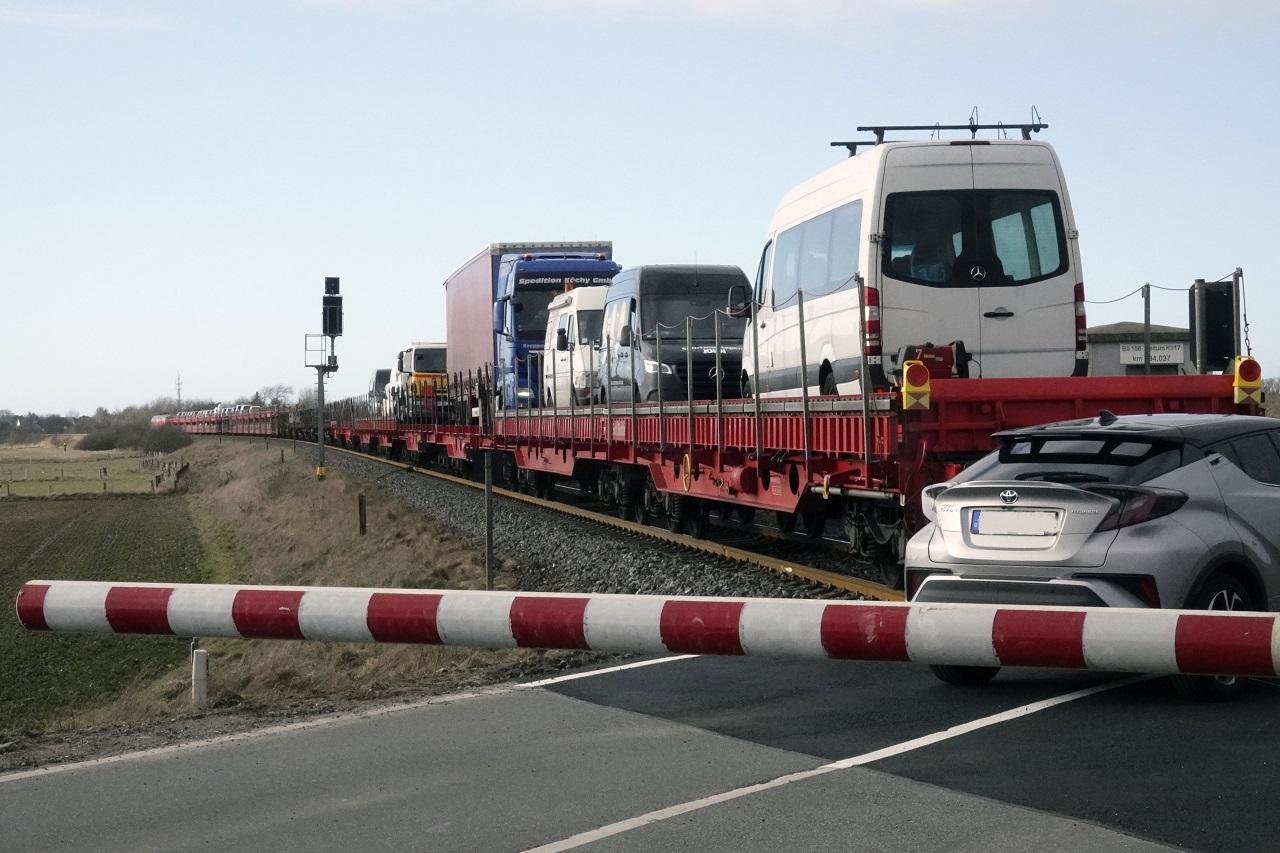 Der defekte Zug bileb auf offener Strecke stehen und die Autos wurden von der Polizei durch den geschlossenen Bahnübergang in Keitum gelotst