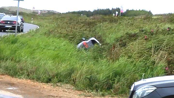 Porsche SUV verunfallt auf Sylt und versinkt fast im Graben