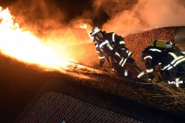 Reetdachhaus auf Sylt brennt ab - Feuer richtet Millionenschaden an