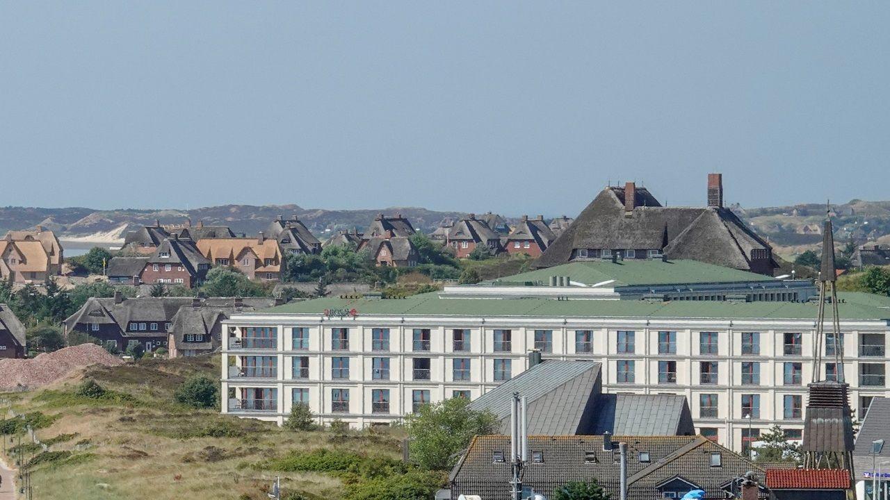 Das Arosa Sylt liegt direkt in den Lister Dünen an der Nordsee