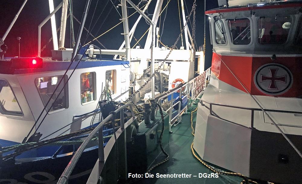 Seenotretter schleppen vor Sylt einen Krabbenkutter in den Mai