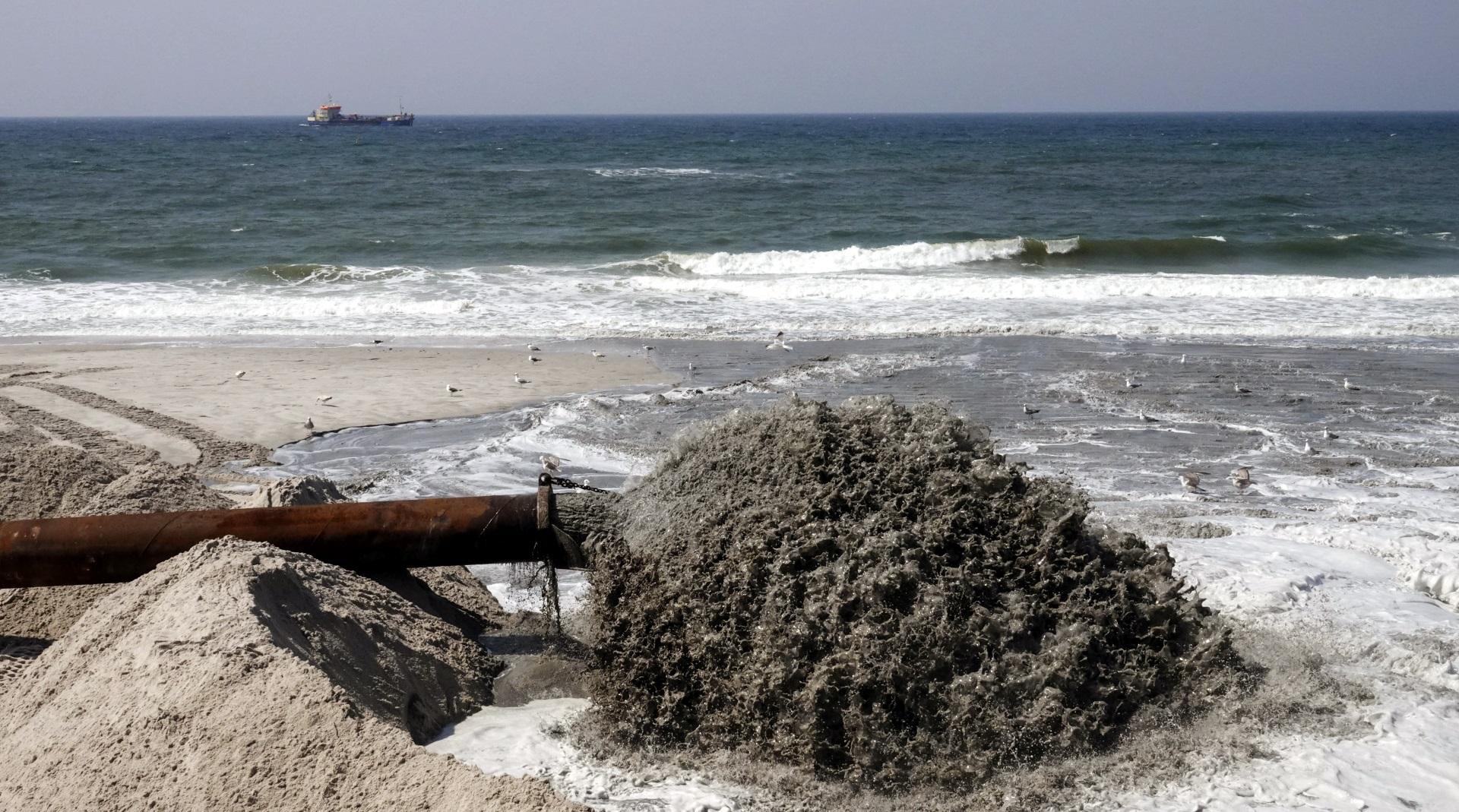 Das Spülschiff und die Vorspülungen bringen neuen Sand