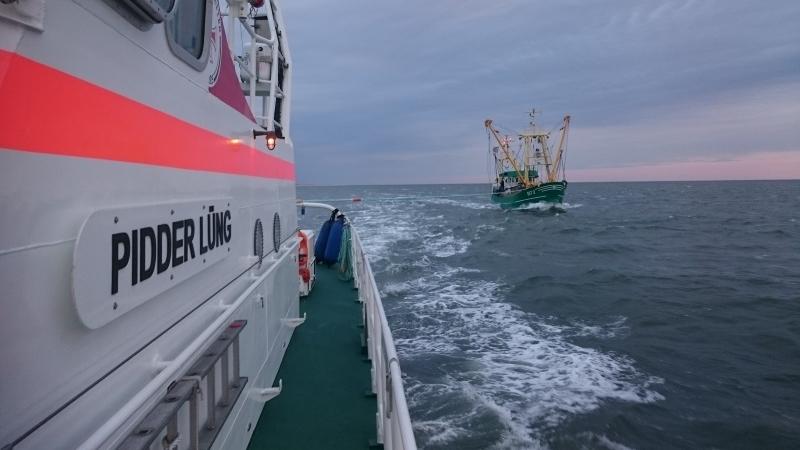 Seenotrettungskreuzer PIDDER LÜNG bringt einen manövrierunfähigen Fischkutter in Sicherheit