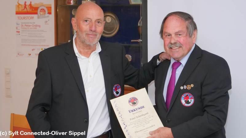 Hans Wilhelm Hansen überreicht Peter Schnittgard die Urkunde zum Ehrenvorsitzenden