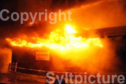 Feuer auf Sylt zerstört am Bahnhof Morsum eine Lagerhalle