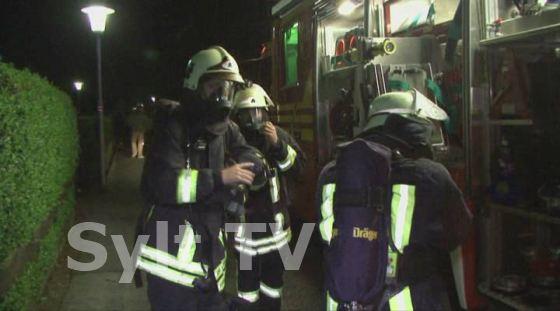 Sylt Feuer Feuerwehr mit schwerem Atemgerät