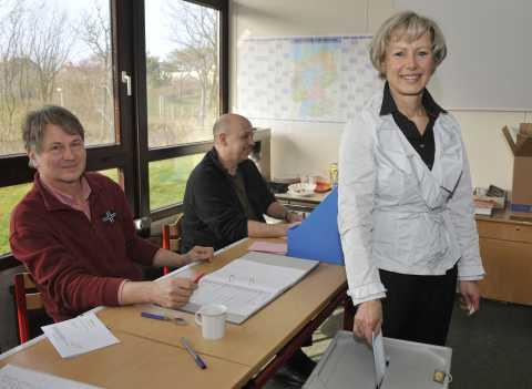 Petra Reiber bei der Stimmabgabe zur Gemeinde Sylt Wahl