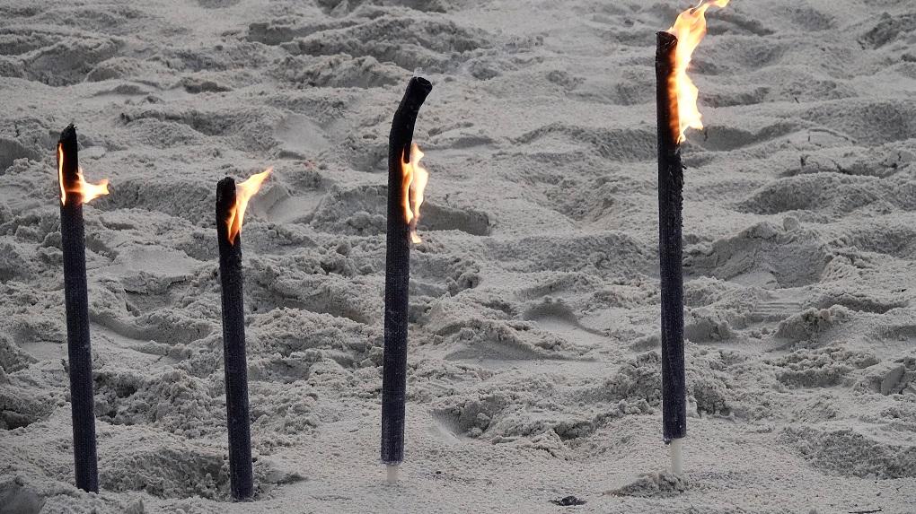 Fackeln im Sand der seit Wochen verwaisten Sylter Stränden