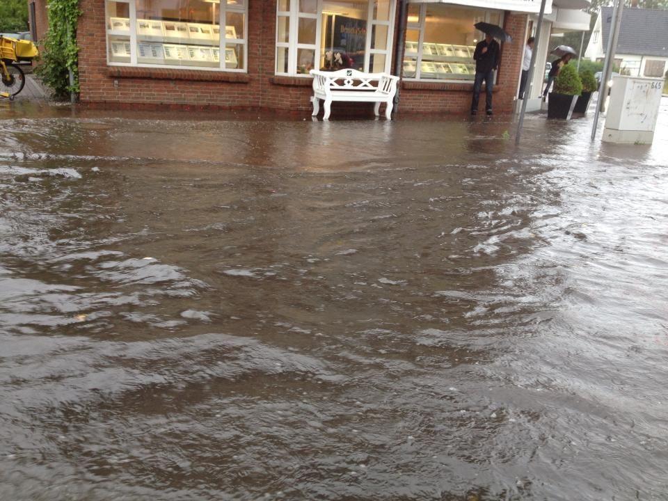 Heftiger Gewitterregen setzt Westerland unter Wasser